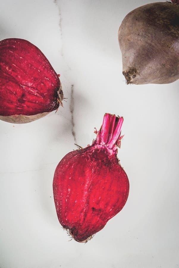 Frische organische rohe rote Rüben lizenzfreie stockbilder