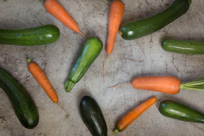 Frische organische Zucchini und Karotte auf der rustikalen Tabelle stockfoto