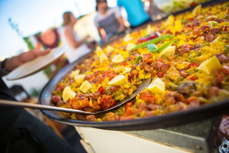 Frische Paella, die gekocht wird stockbild
