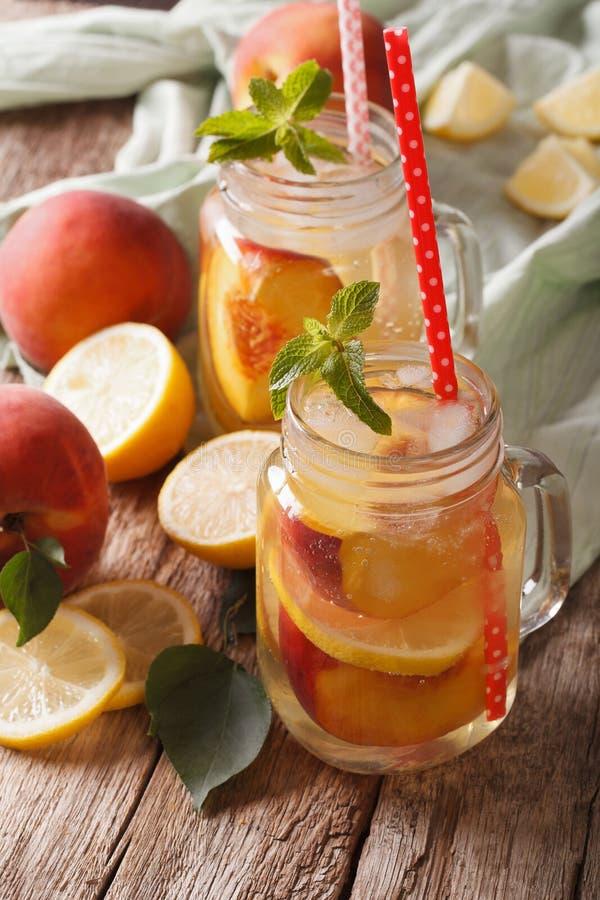 Frische Pfirsichlimonade mit Eis und Minze in einer Glasgefäßnahaufnahme V stockfoto