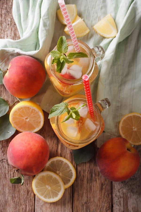 Frische Pfirsichlimonade mit Eis und Minze in einer Glasgefäßnahaufnahme V stockfotos