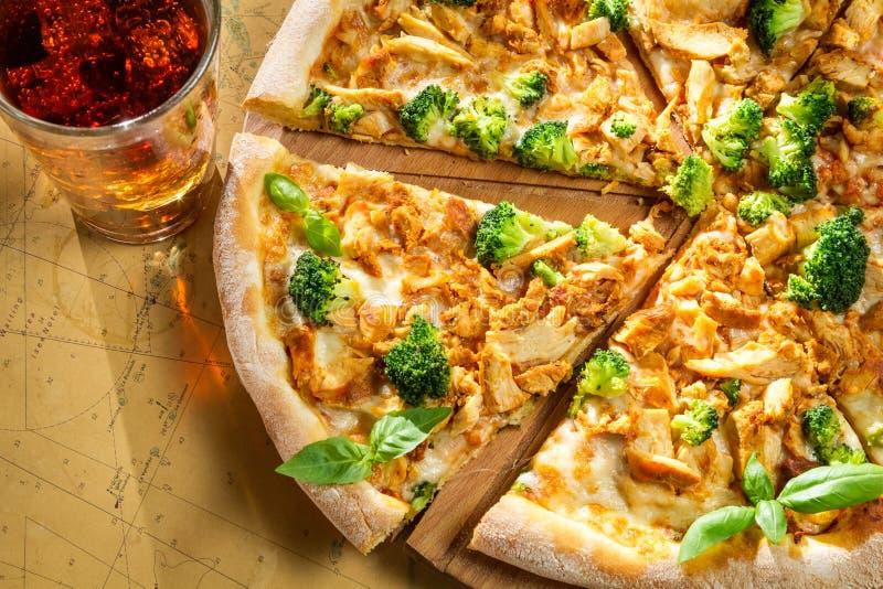 Frische Pizza gemacht vom Brokkoli, vom Huhn und vom Basilikum lizenzfreie stockbilder