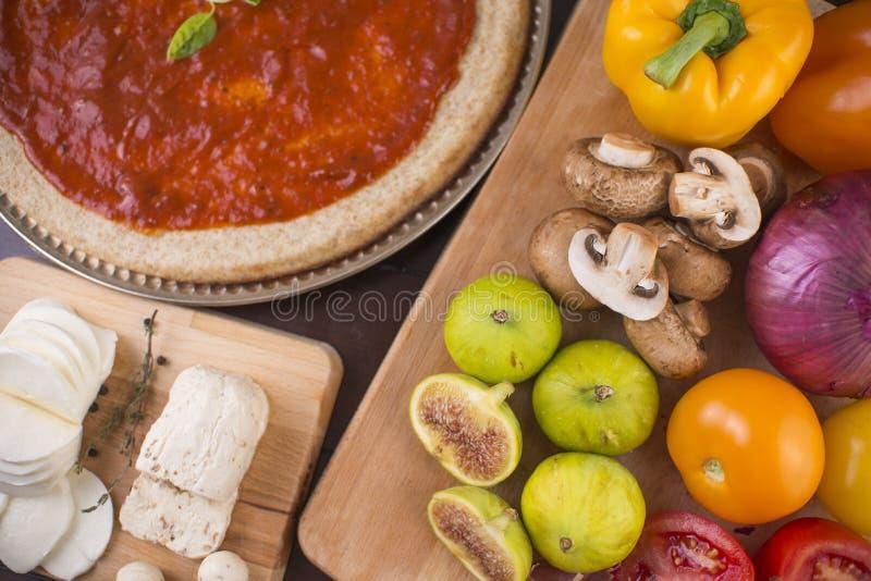 Frische Pizzabestandteile auf Holz stockfotos
