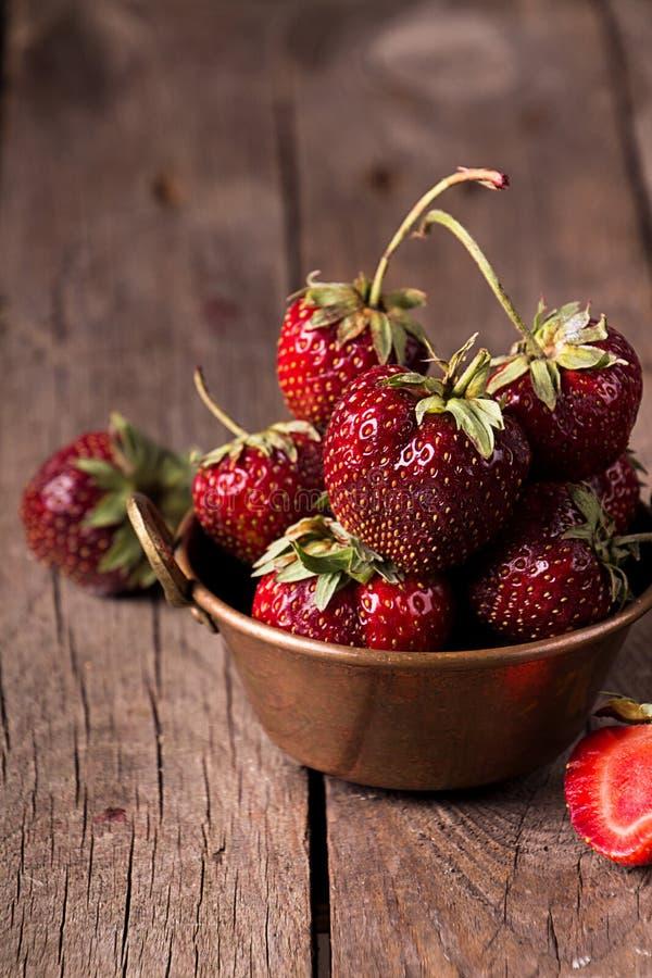 Frische reife Erdbeeren in der Fassbinderschüssel auf rustikalem hölzernem Hintergrund lizenzfreies stockfoto