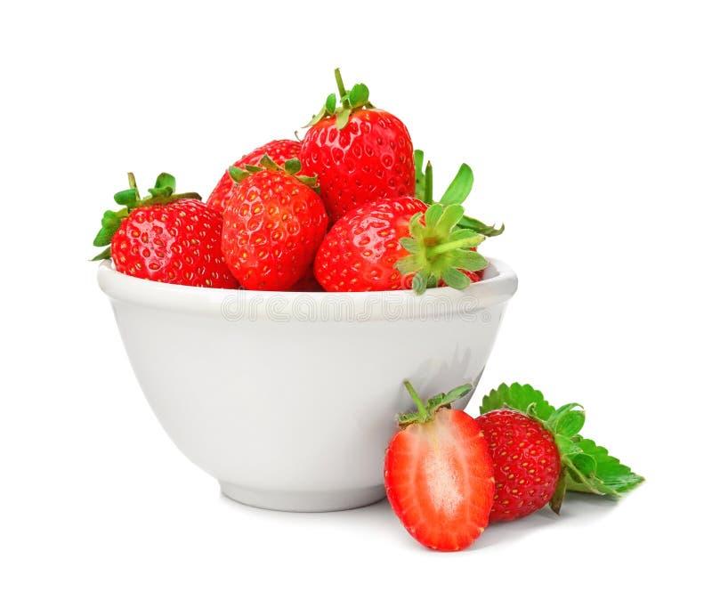 Frische reife Erdbeeren in der Schüssel, lokalisiert stockbilder