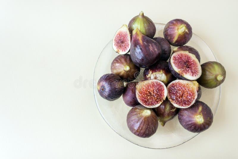 Frische reife Feigen auf einer Glasservierplatte Gesunde Diät des Konzeptes, vege lizenzfreie stockfotos