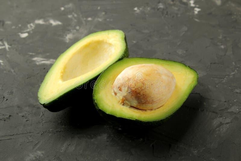 Frische reife geschmackvolle Avocado auf einem schwarzen Graphithintergrund Nahaufnahme der tropischen Frucht stockbilder