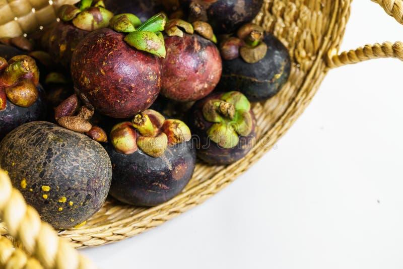 Frische reife Mangostanfrucht im Korb stockfotografie