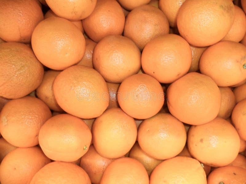 Frische reife Orangen in einem Stapel stockbild