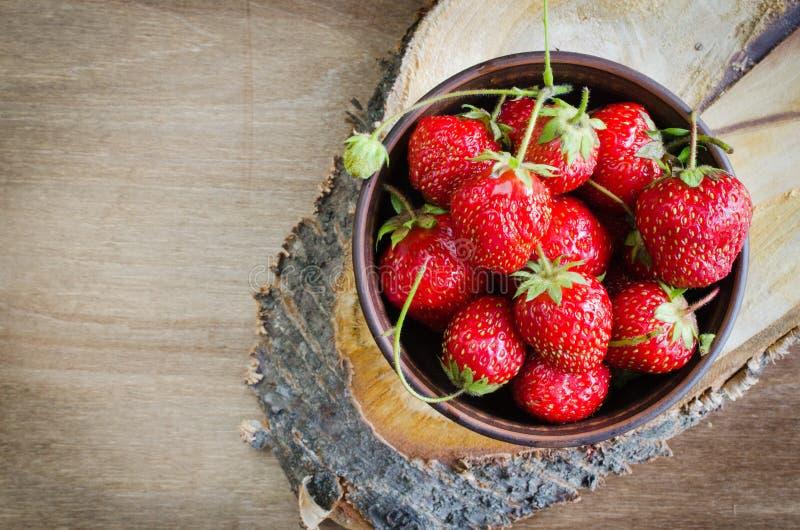 Frische reife organische Erdbeere auf hölzernem Hintergrund Rustikale Art lizenzfreies stockbild