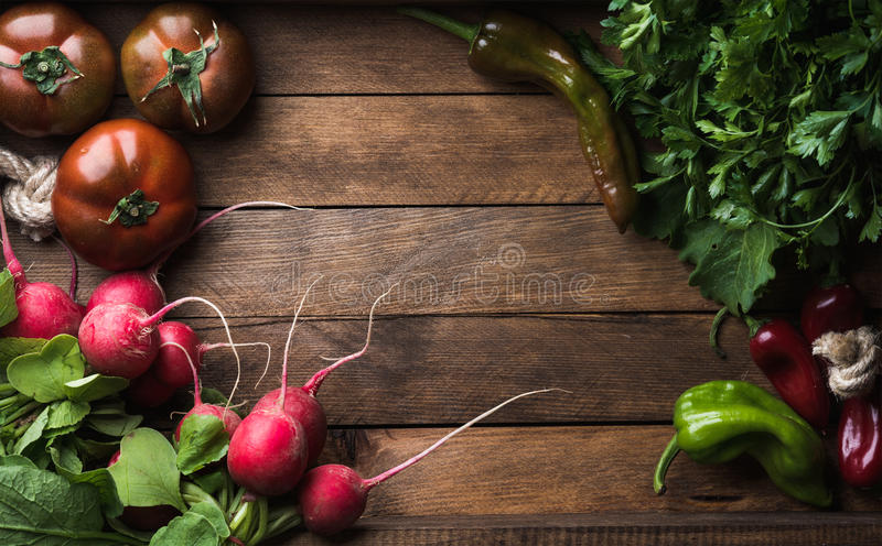 Frische rohe Bestandteile für das gesunde Kochen oder Salat, der auf rustikalem hölzernem Hintergrund, Draufsicht, Kopienraum mac lizenzfreies stockfoto