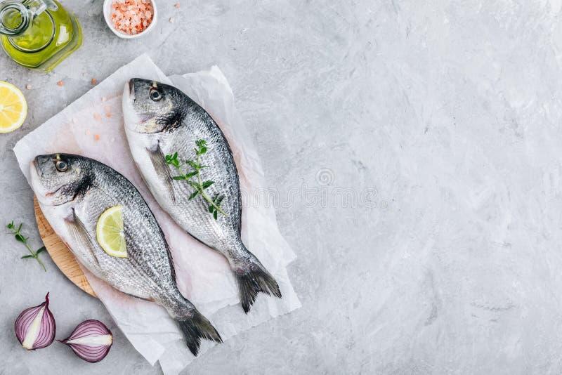Frische rohe dorado Fische mit Gew?rzen Bestandteile für das Kochen oder Grill auf Schneidebrett lizenzfreie stockfotos