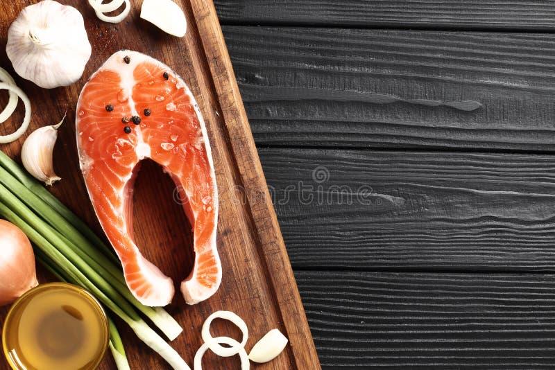 Frische rohe Lachssteaks mit Salz stockbild