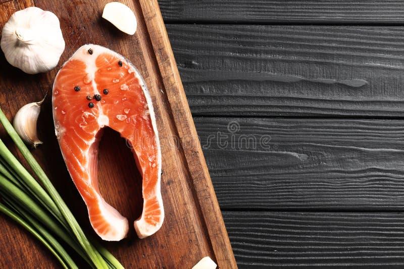 Frische rohe Lachssteaks mit Salz, Pfeffer stockfotografie