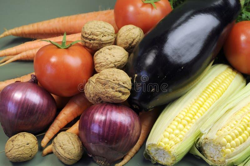 Frische rohe Nahrung einschließlich Aubergine, nuts tomotoes Karotten der Walnüsse und Mais für Konzept der gesunden Diät stockbild