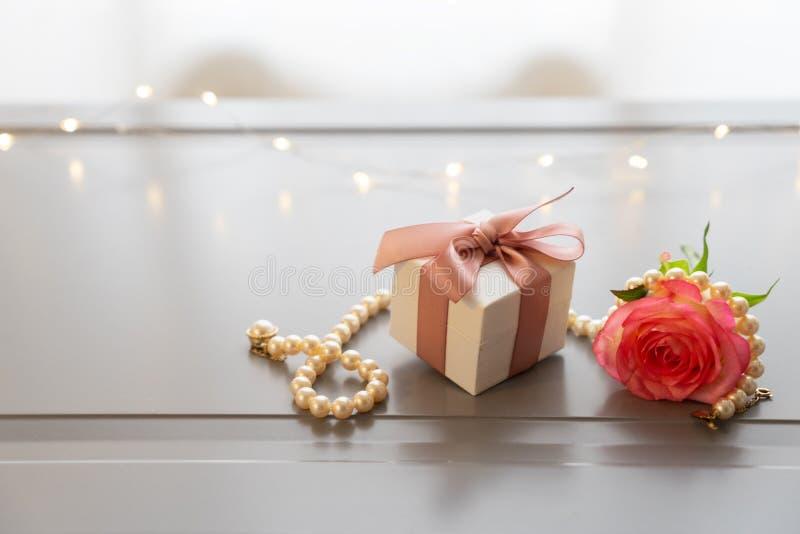 Frische rosafarbene Blumen auf Grau stockfotos