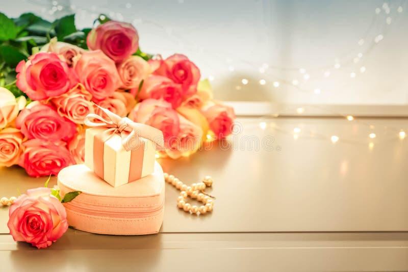 Frische rosafarbene Blumen auf Grau lizenzfreie stockfotografie