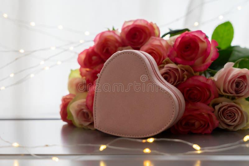 Frische rosafarbene Blumen auf Grau lizenzfreie stockbilder