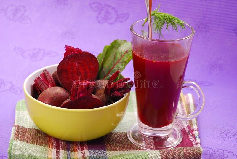 Frische rote Rüben mit Blättern und freier Suppe lizenzfreie stockbilder