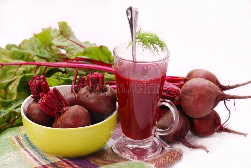 Frische rote Rüben mit Blättern und freier Suppe lizenzfreies stockbild