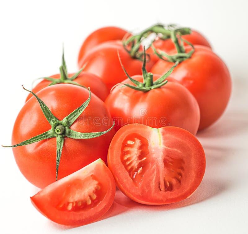 Frische rote Tomaten auf weißem lokalisiertem Hintergrund lizenzfreie stockfotos