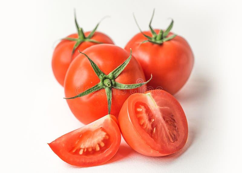 Frische rote Tomaten auf weißem lokalisiertem Hintergrund stockfotos