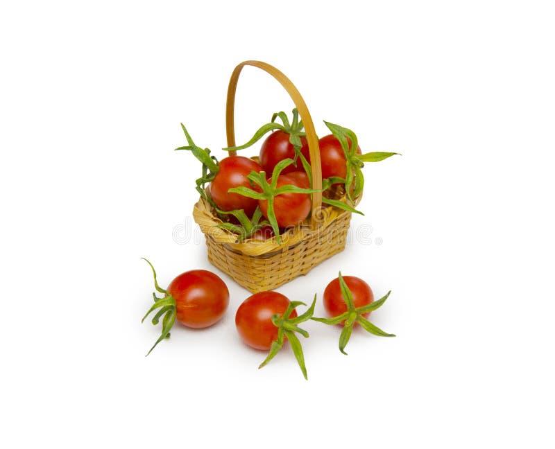 Frische rote Tomaten im Korb lokalisiert auf Weiß stockbilder
