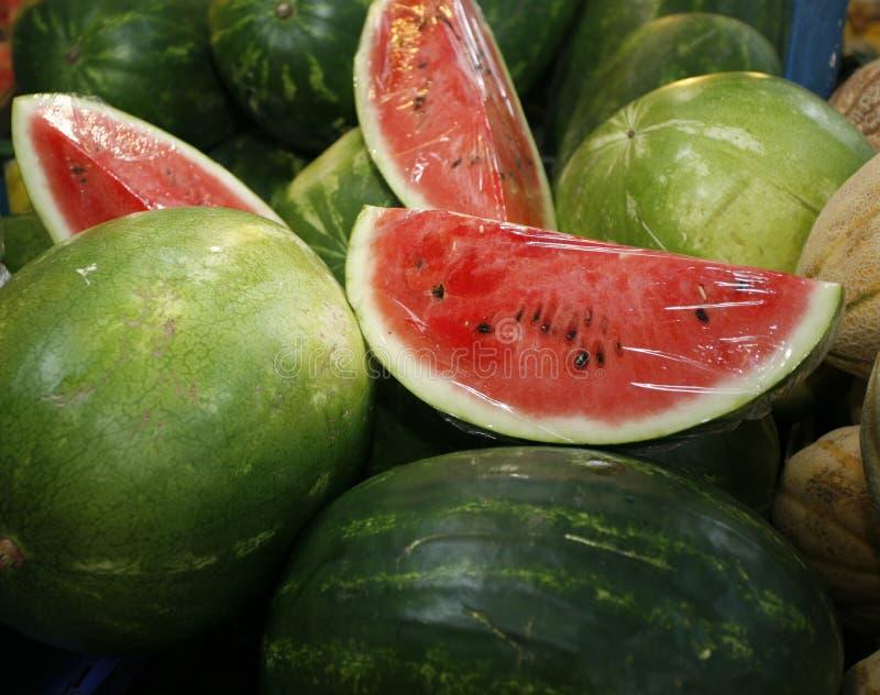 Frische süße Wassermelonen auf Markt klemmen als Hintergrund fest stockfotos