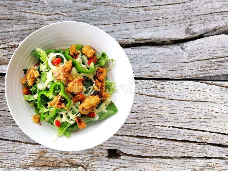 Frische Salattomaten und Mischgrüns Arugula, mesclun, mache auf hölzernem Hintergrundabschluß oben Gesunde Nahrung lizenzfreies stockfoto