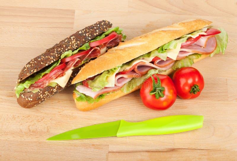 Frische Sandwiche mit Fleisch und Gemüse und Tomaten stockbilder