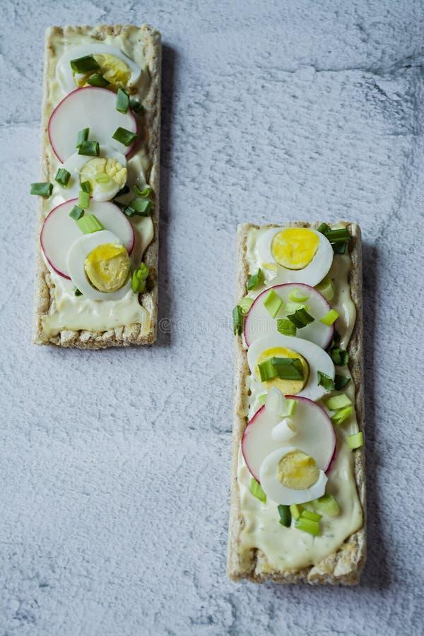Frische Sandwiche mit Wachtelei, Rettich und geschmolzenem Käse Veggiesandwiche Heller Hintergrund Nahaufnahme stockbilder