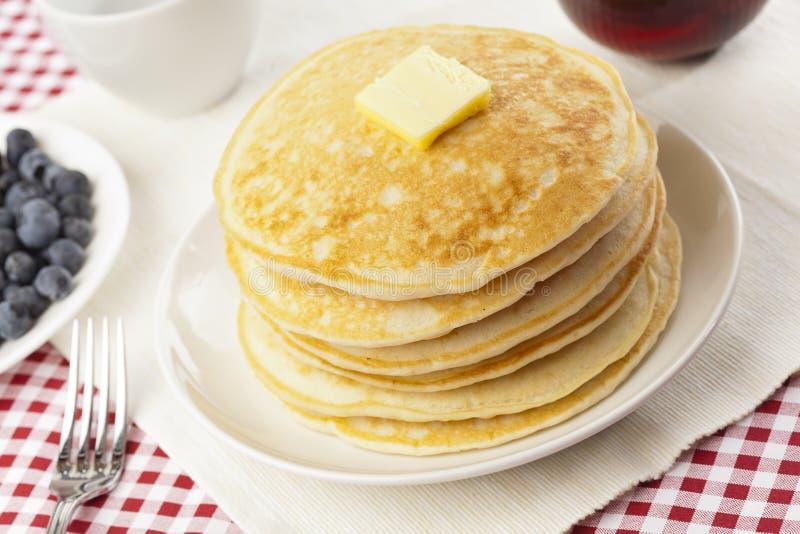 Download Frische Selbst Gemachte Pfannkuchen Mit Sirup Stockfoto - Bild von mahlzeit, beere: 26364670