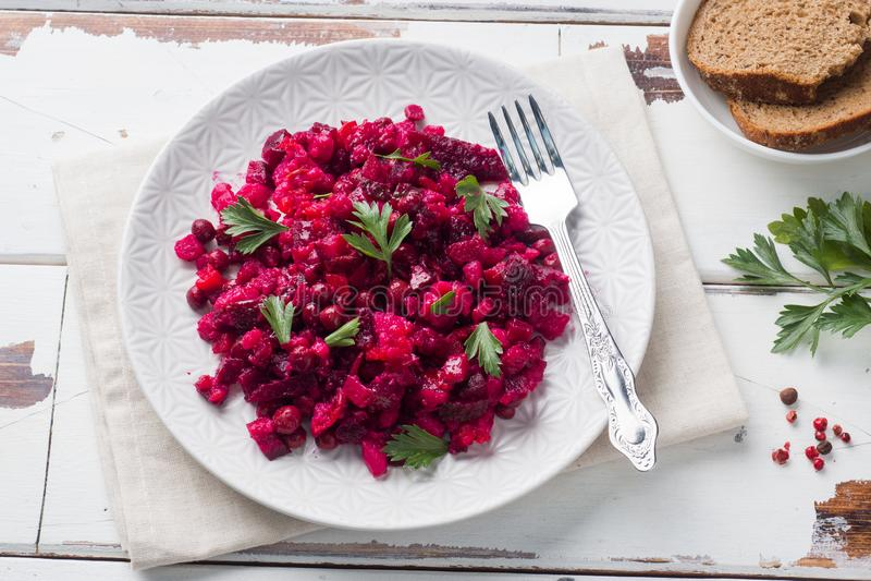 Frische selbst gemachte Rote-Bete-Wurzeln Salat Essigsoße in einer weißen Schüssel Traditionelle russische Nahrung stockfotos