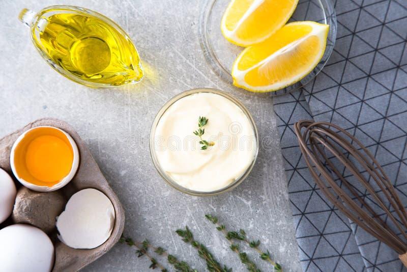 Frische selbst gemachte weiße Soße Majonäse und Bestandteileier, lemo lizenzfreie stockfotos