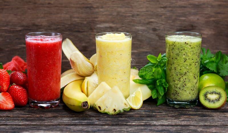 Frische Smoothies im Glas - rot, gelb und grün lizenzfreie stockfotos