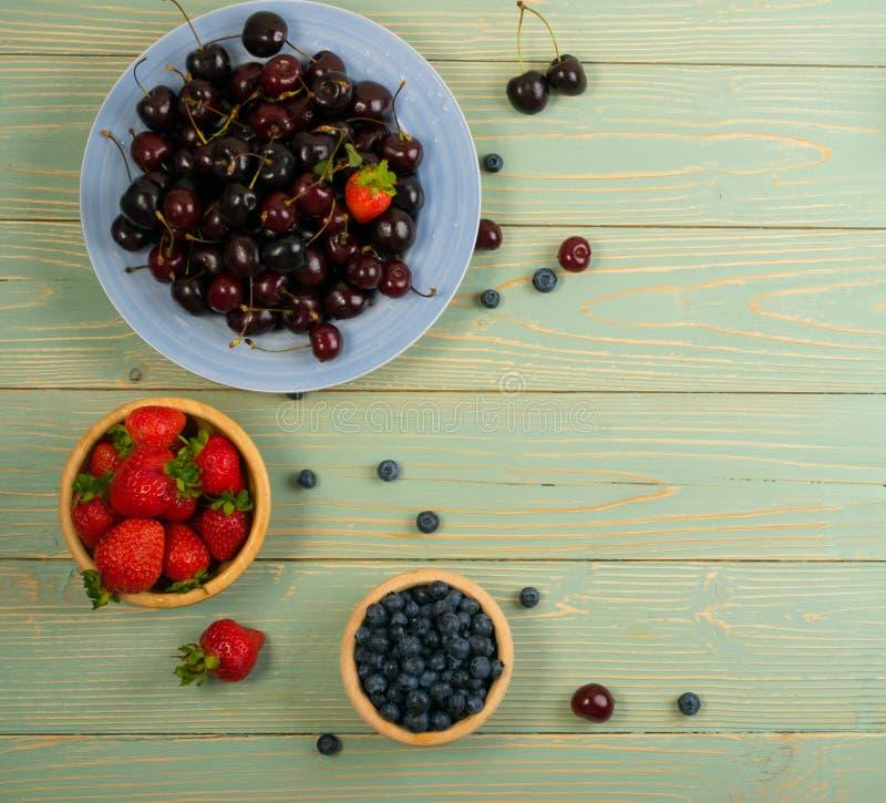 Frische Sommer-Beeren auf rustikalem hölzernem Hintergrund lizenzfreies stockfoto