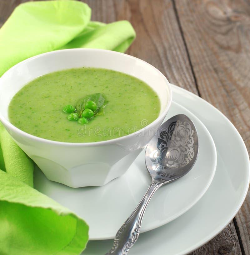 Frische Suppe der grünen Erbse (selektiver Fokus) lizenzfreies stockfoto