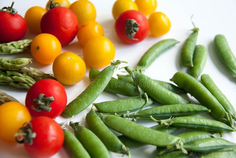 Frische Tomate mit Spargel und Erbsen stockfotos