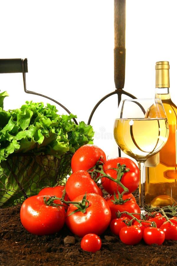 Frische Tomaten, Kopfsalat und Wein stockfotos