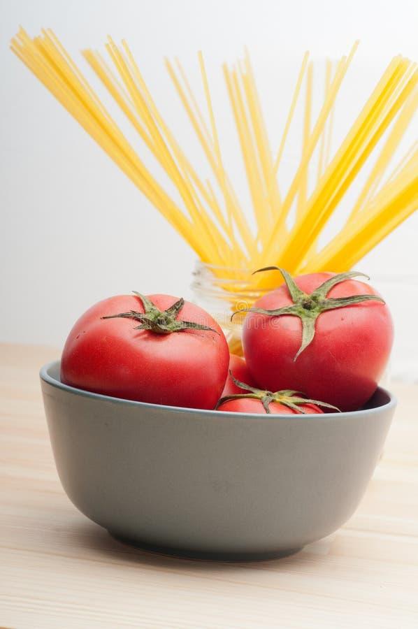 3818156 frische Tomaten- und Spaghettiteigwaren stockfotografie