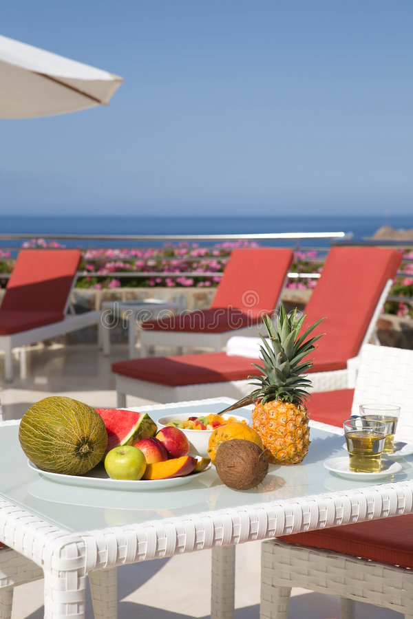 Frische tropische Frucht in einer Luxuxterrasse stockbild