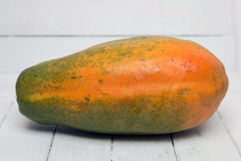 Frische tropische Papayafrucht lokalisiert auf einem weißen Hintergrund lizenzfreie stockbilder