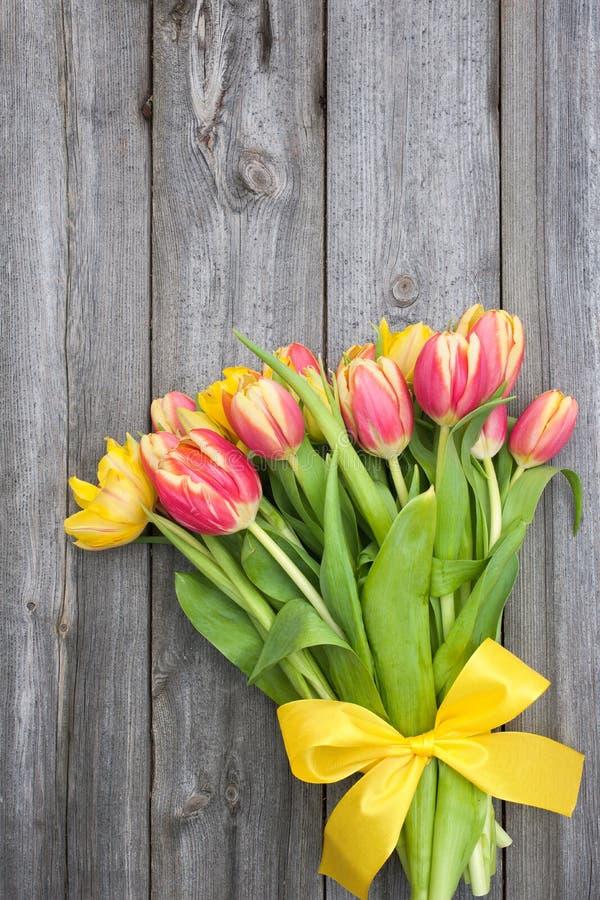 Frische Tulpen auf hölzernem Hintergrund stockfotografie