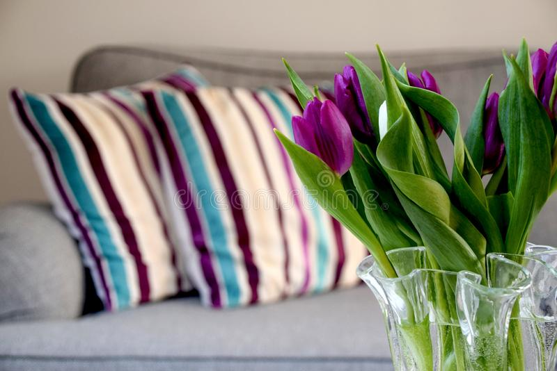 Frische Tulpen in einem Vase zu Hause im Wohnzimmer lizenzfreies stockfoto