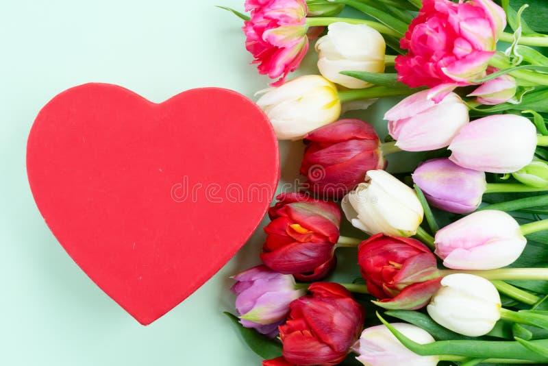 Frische Tulpenblumen mit Herzen stockbild