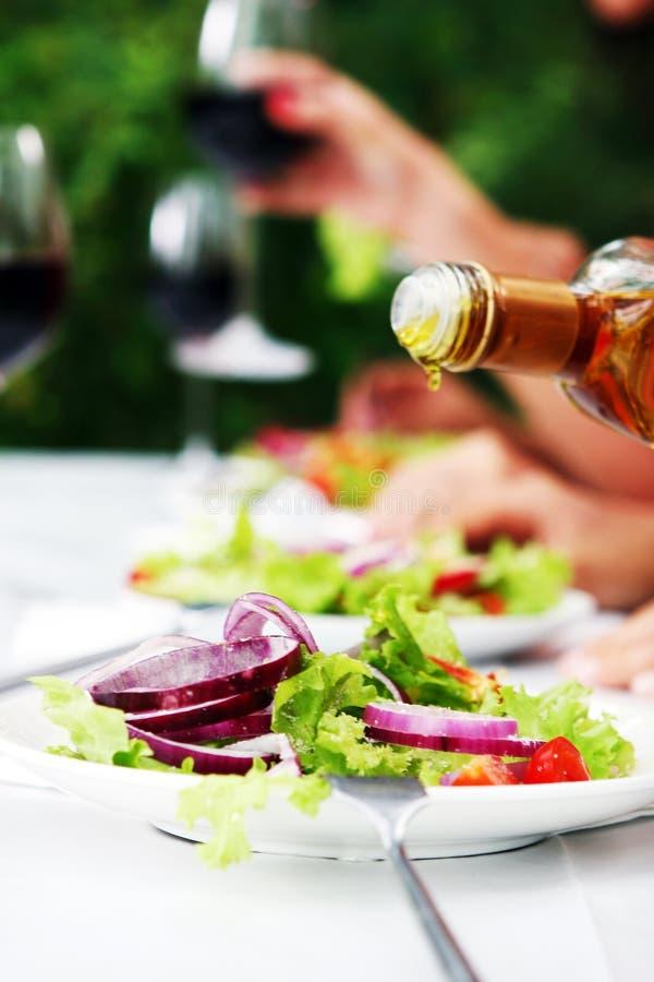 Frische und geschmackvolle Nahrung auf Tabelle stockbild