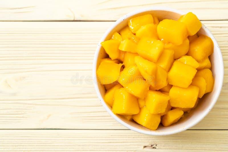 frische und goldene Mangos stockbild