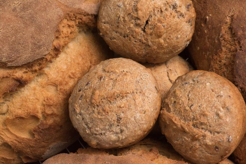 Frische und healty warme Brotbrötchen mit ganzem gebackenem Weizenbrot stockfotos