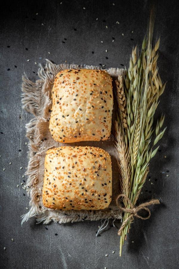 Frische und selbst gemachte Brötchen mit Samen des indischen Sesams lizenzfreie stockfotos