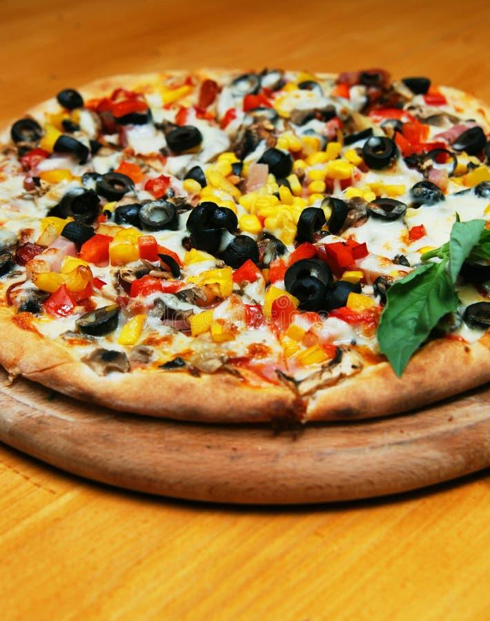 Frische vollständige Pizzatorte lizenzfreie stockfotografie